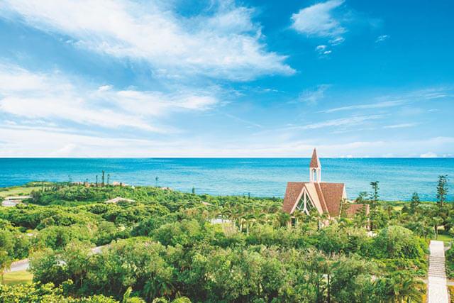 宮古島の豊かな緑に囲まれたアラマンダ チャペル