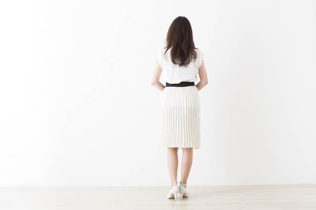 夏の結婚の挨拶の場では女性の基本の服装はワンピース