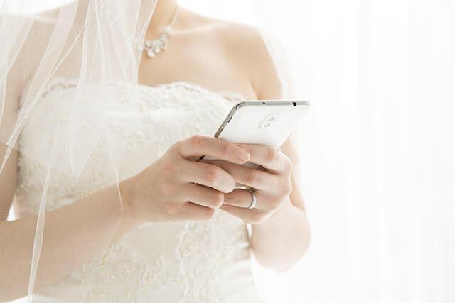 スマホを操作する花嫁