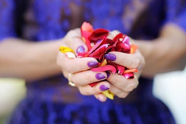 花びらを持つ女性