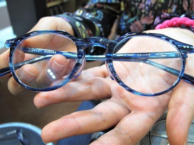 華やかな衣装に負けないメガネ