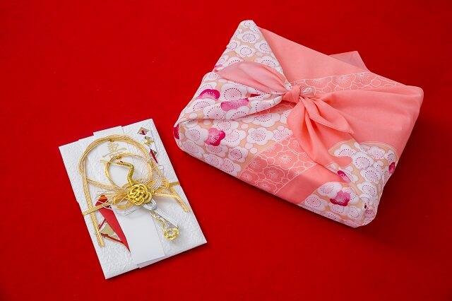 結婚祝いで現金とプレゼントどちらを送るか選び方