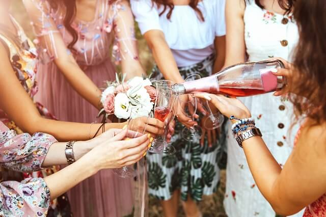 結婚式二次会の景品、衣装やヘアメイク、プチギフトの費用相場