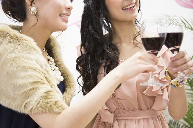 冬の結婚式の服装で人気!ノースリーブドレスと袖付きドレス