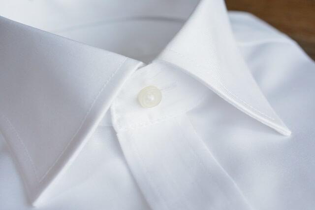 結婚式に適したスーツに合わせるシャツ