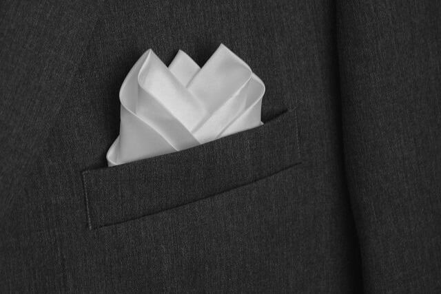 結婚式のスーツに合わせたいポケットチーフ