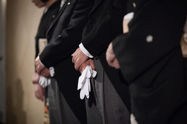 新郎新婦の父親として結婚式に参加する男性の服装