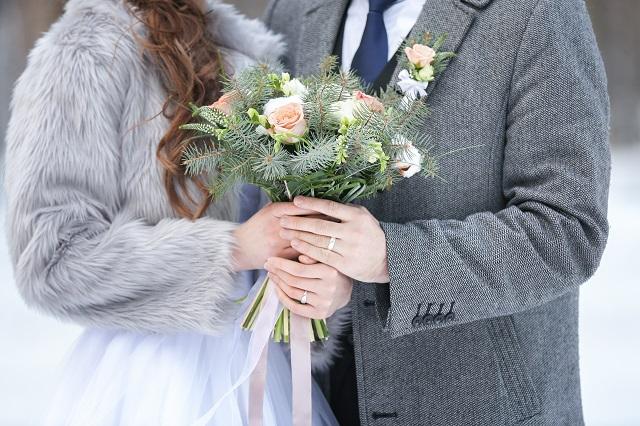 結婚式でのパンツドレスの冬の着こなしと合わせるコート