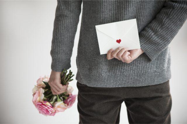 手紙を持つ男性
