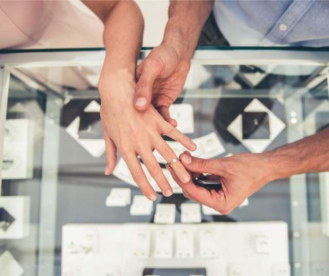 指輪をはめるカップル