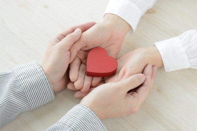 手を握るカップル