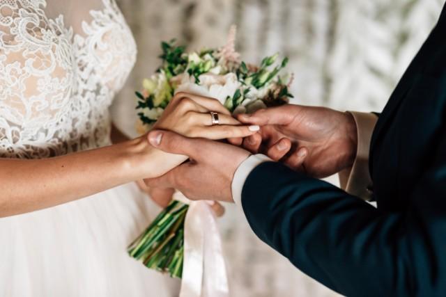 結婚指輪をはめる