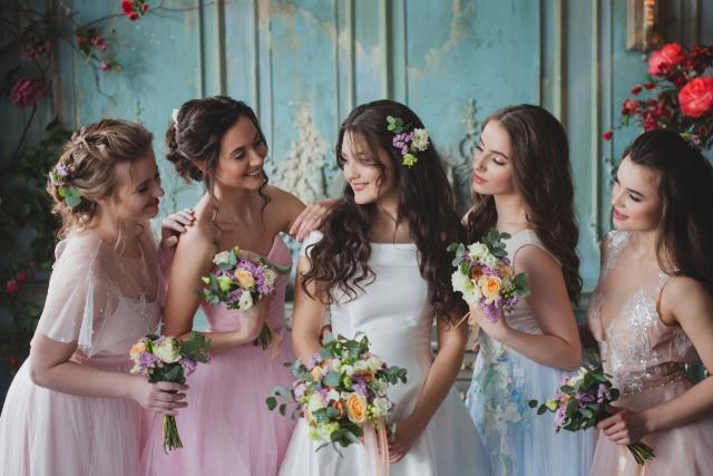 夏の結婚式の女性の服装