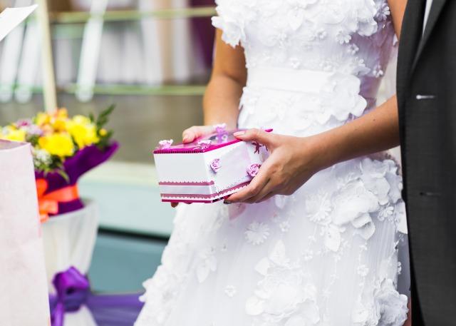 プレゼント持つ花嫁