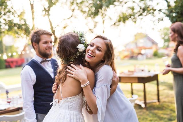 抱き合う花嫁と友達