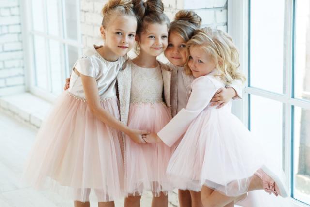 ドレス姿の子供たち