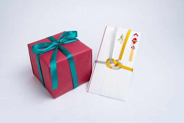 結婚祝いにご祝儀とプレゼントを一緒に郵送する場合の包み方、送り方マナー