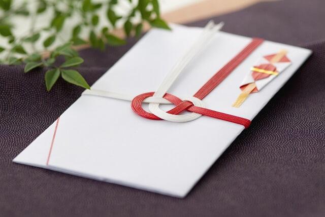 結婚祝いとは。結婚祝いはご祝儀現金とプレゼント品物どっちを贈るか