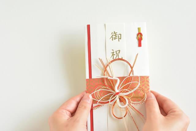結婚式出席での結婚祝いはご祝儀現金を贈るのがマナー。相場にあった金額