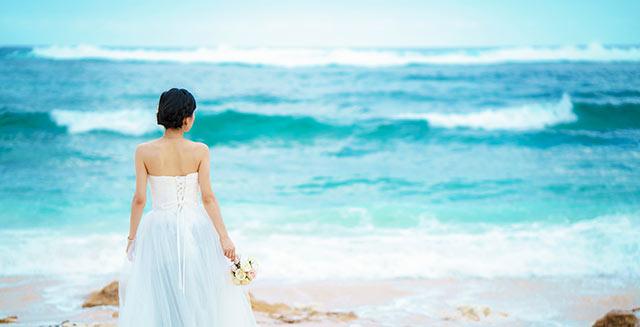 ビーチウェディングに似合うドレス